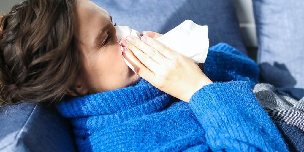"""<img src=""""Prehlada.jpg"""" alt=""""Devojka sa prehladom na krevetu""""/>"""