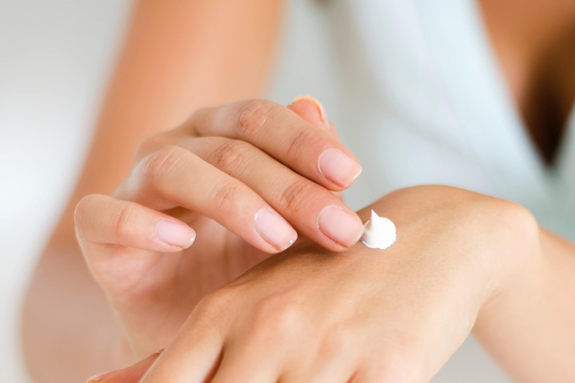 """<img src=""""Devojka koristi kremu za sunčanje.jpg"""" alt=""""Sun cream on the hand""""/>"""
