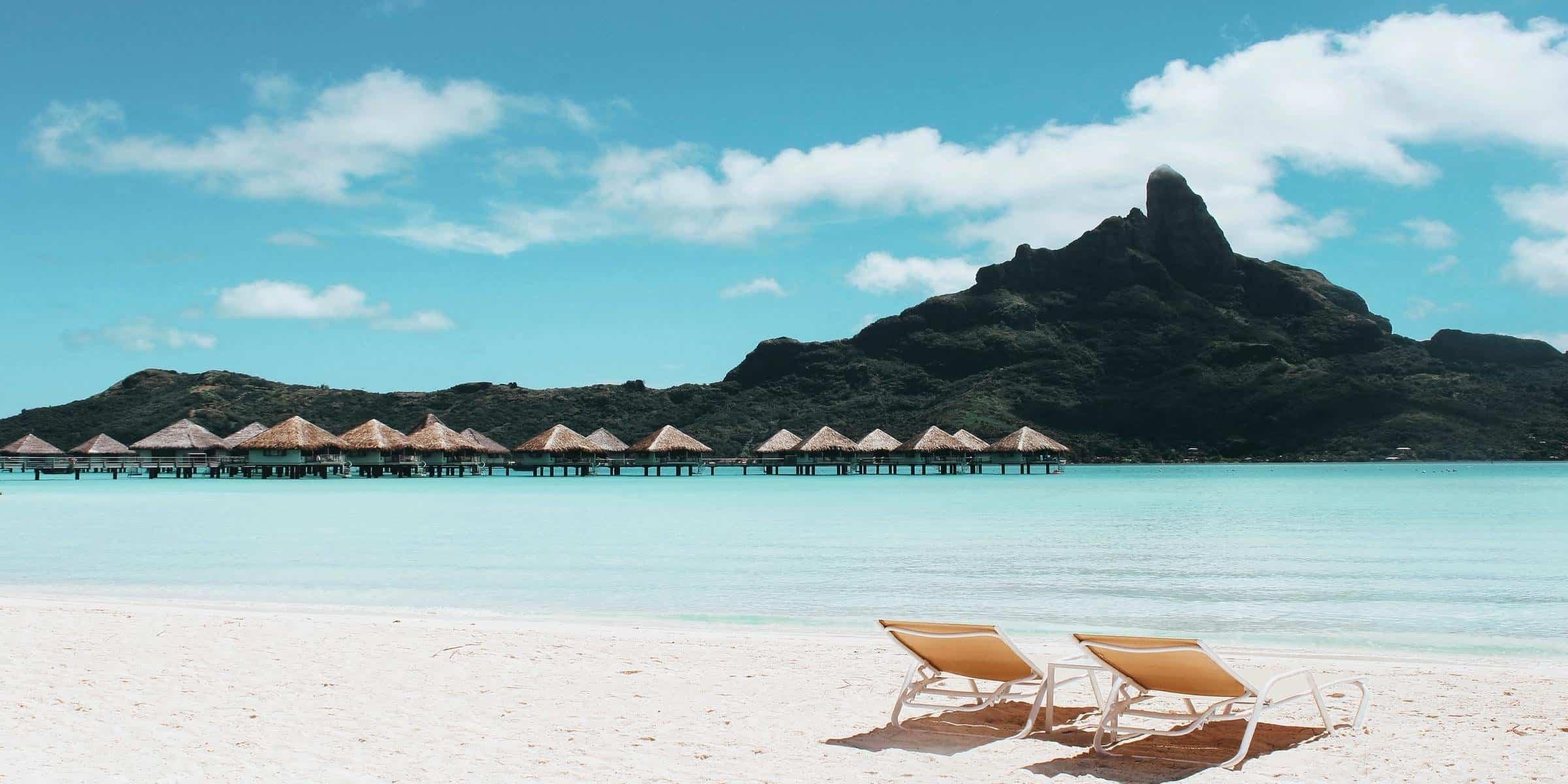 "<img src=""Plaža.jpg"" alt=""2 ležaljke na plaži""/>"