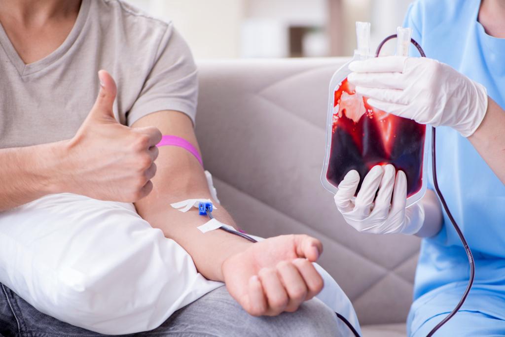 "<img src=""Transfuzija krvi.jpg"" alt=""Covek dobija krvnu transuziju u bolnici""/>"
